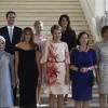 ماذا يفعل هذا الرجل مع زوجات زعماء العالم؟